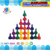 Kind-Plastiktischplattenspielzeug, das Bausteine verlegt