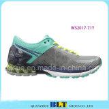 女性は屋外スポーツの靴を見本抽出する
