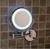 Espelho cosmético da composição fixada na parede com a luz do diodo emissor de luz usada no banheiro