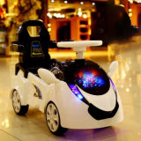 Bambino che fa scorrere l'automobile dell'oscillazione con lampeggiante del LED sulla vendita