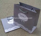 Hoja de oro que estampa los bolsos de papel del regalo de la insignia