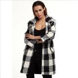 白黒格子縞の折りえりの毛織のコート