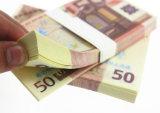 El personal Traning de la batería observa el dinero en circulación euro