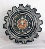 Reloj de pared antiguo negro del metal en dimensión de una variable del engranaje