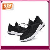 Черные противоударные гуляя ботинки удобного спорта идущие