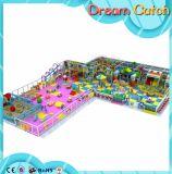 Campo de jogos dos miúdos com tabelas e cadeira para o jardim de infância
