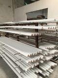 Baseboard aprontado branco da madeira para a decoração interior
