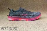 中国の製造者のスポーツは女性の靴の人の靴の運動靴に蹄鉄を打つ