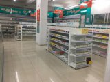 Полка аптеки магазина розничной торговли с отверстием в Backpanel