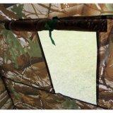 O toalete de acampamento em mudança portátil do chuveiro da barraca estala acima o abrigo da privacidade do quarto com saco - camuflar