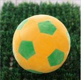 快適な子供の詰まる好みのサッカーボールはEmojiの枕をもてあそぶ