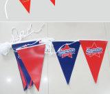 La cadena impresa multicolora del banderín señala el empavesado por medio de una bandera para la decoración