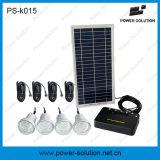 Quatre nécessaires solaires d'éclairage de C.C d'ampoules avec le chargeur mobile