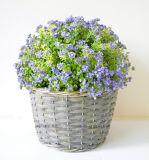 Flor selvagem artificial na cesta do Rattan para a decoração