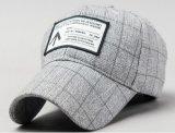 El metal lavado tachona la gorra de béisbol