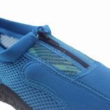 Ботинки Aqua людей голубого пляжа гуляя