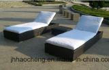 快適な背部が付いている柳細工の屋外の寝台兼用の長椅子