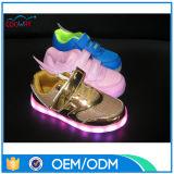 Maille de gosses et espadrilles de l'unité centrale DEL, les chaussures de la charge DEL de DEL les plus neuves USB