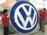 Vácuo que dá forma com o emblema do carro do revestimento 3D