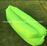 屋外のナイロン膨脹可能で不精なたまり場のスリープの状態であるエアーバッグか空気ベッド浜の寝袋