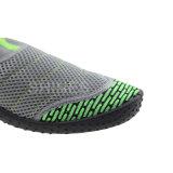 浜のニットおよび網が付いている歩く人の水の靴