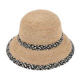 女性のRaffiaの円形上のバケツの帽子
