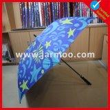 Im Freienfalz knallen oben Regenschirm