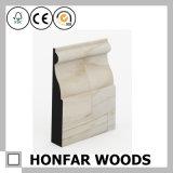El moldear que bordea preparado de madera del material de construcción