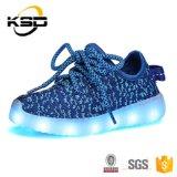 中国の工場高品質の安い価格の子供LED党ダンスはFlyknitのスニーカーの偶然靴に蹄鉄を打つ