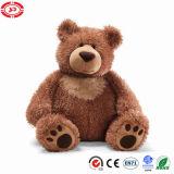 Сторона черного медведя милая смотря заполненную мягкую игрушку плюша