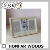 Bebé blanco Footprint&Handprint en el marco de madera para la decoración de la pared