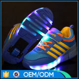 最新のデザインは2車輪が付いているローラーLEDの靴をからかう
