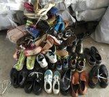 El hombre utilizó los zapatos/señora Used Shoes/zapatos usados niño para el mercado de África