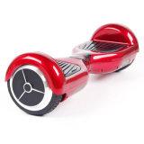 スピーカーが付いている電気スケートボードのバランスをとっている7インチのスマートな自己