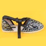 Шнурок женщин связывает вверх плоские сандалии Espadrille холстины