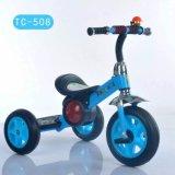 Трицикл детей с светлыми колесами и нот