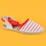 Le signore adattano bianco e la tela di canapa rossa merletta i sandali in su barrati delle scarpe di tela