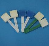 Cavidad bucal que limpia el palillo médico de la esponja