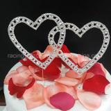 Cappello a cilindro della torta di cerimonia nuziale con i cuori del doppio dell'annata coperti nella decorazione della torta dei cristalli del Rhinestone