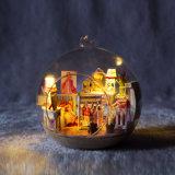 Hermoso juguete de madera con la bola de cristal que cubre