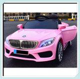 Paseo rosado en el coche para los cabritos