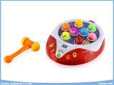 La famiglia gioca il gioco educativo della Whack-un-Talpa dei giocattoli di puzzle elettrici