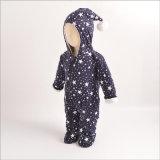 Barboteuse magique épaisse de chapeau de couleurs pour le bébé dans des vêtements de l'hiver