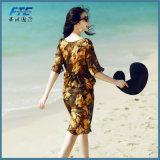 El traje de baño bonito de la muchacha con la Sun-Prueba cubre para arriba