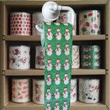 クリスマスの洗面所は季節の休日によって印刷されるトイレットペーパーを拭く