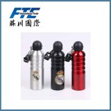 O costume ostenta o frasco dos esportes do alumínio da garrafa de água