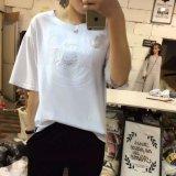 여자는 곰 로고에 의하여 세탁된 괴롭혀진 중앙 소매 t-셔츠를 돋을새김했다