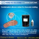 材料に液体のシリコーンゴムをする靴型