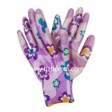 花の女性ニトリルによって塗られる園芸手袋