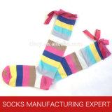 Knie-hohe Socke der Frauen Baumwollmit Bogen (UB-303)